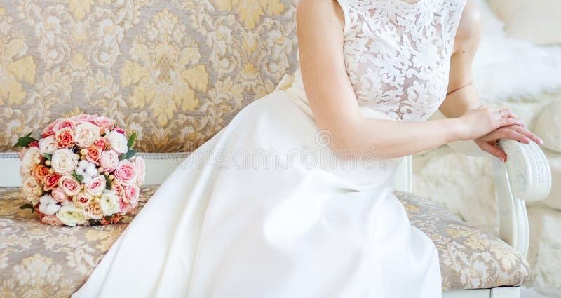 新娘花束在长凳说谎 库存照片