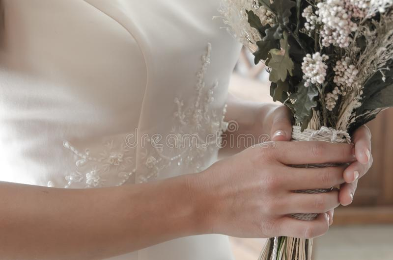 新娘花束捉住用手 免版税库存照片