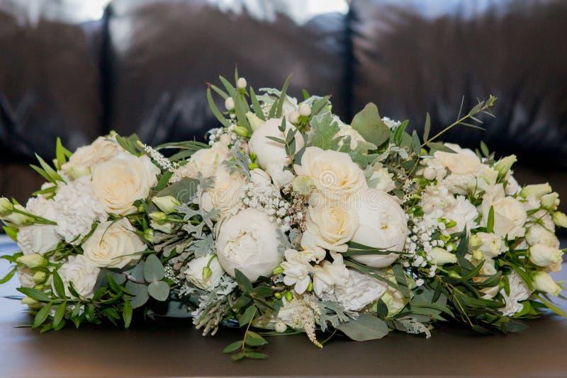 新娘花束 ??` s?? 白色,蓝色,桃红色花和绿叶美丽的花束,装饰用长的丝绸丝带 库存照片