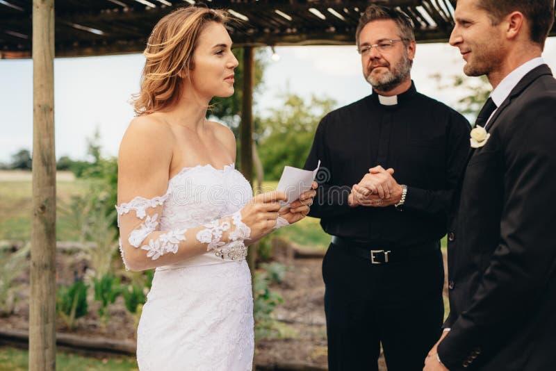 新娘读书婚礼誓约 免版税库存图片