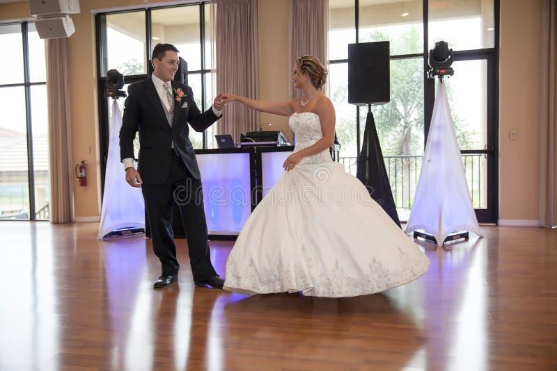 新娘跳舞新郎被射击的顶视图 库存图片