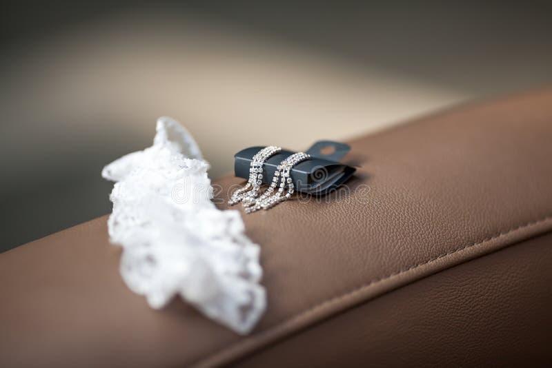 新娘辅助部件-袜带和耳环 图库摄影