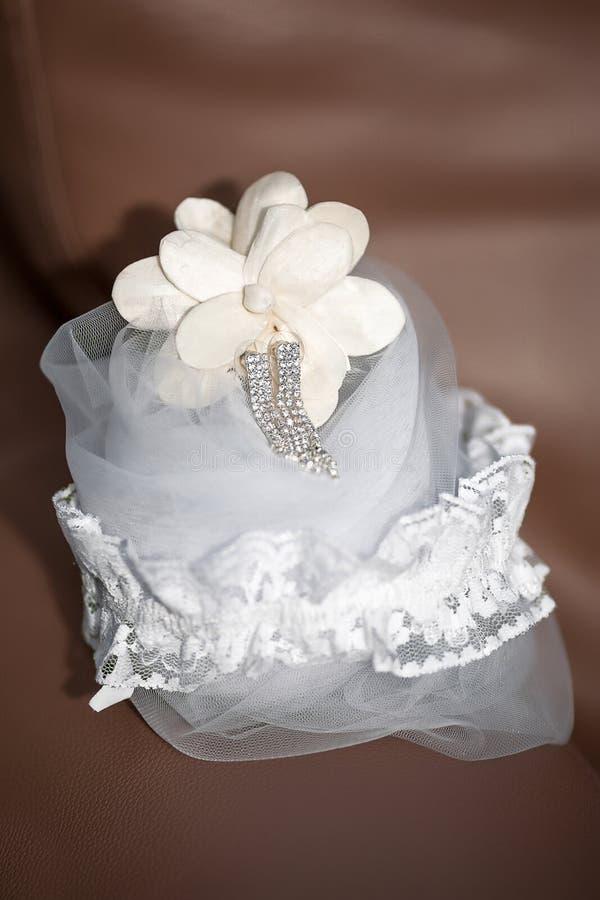 新娘辅助部件-被系带的袜带,银色水晶垂悬的earrin 库存图片