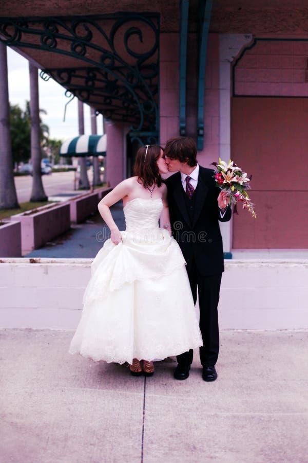 新娘都市新郎的纵向 免版税库存照片