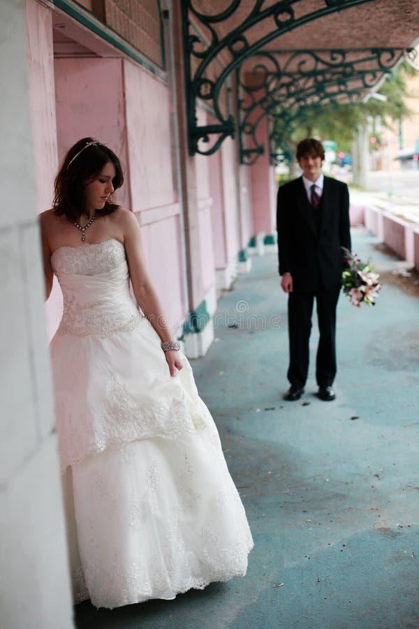 新娘都市新郎的纵向 免版税库存图片