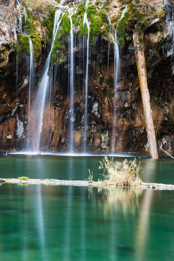新娘面纱秋天的小垂悬的湖部分和水池  库存图片