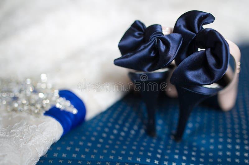 新娘鞋子和婚礼礼服 免版税图库摄影