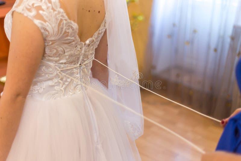 新娘鞋带美丽的婚礼礼服 motning的新娘 库存图片