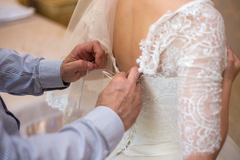 新娘鞋带美丽的婚礼礼服 motning的新娘 免版税库存图片
