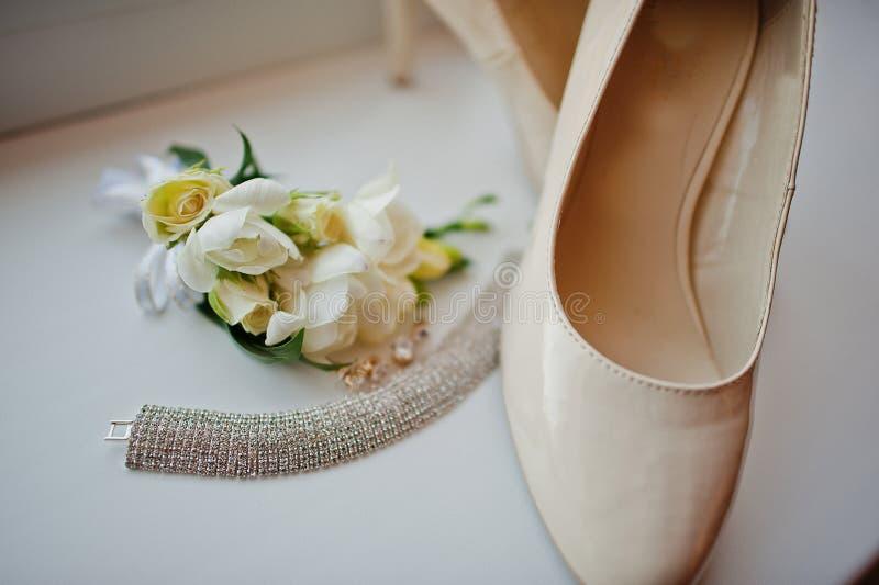 新娘项链耳环和鞋子 库存图片