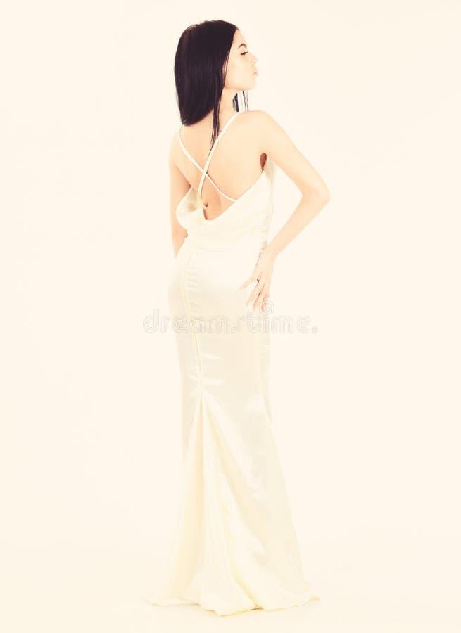 新娘,优美的礼服的女孩 时尚婚礼概念 典雅的白色礼服的妇女有后面的裸体的,白色背景 库存照片