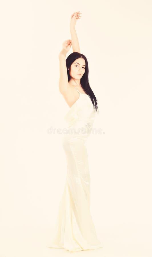 新娘,优美的礼服的女孩 时尚婚礼概念 典雅的白色礼服的妇女有后面的裸体的,白色背景 免版税库存图片