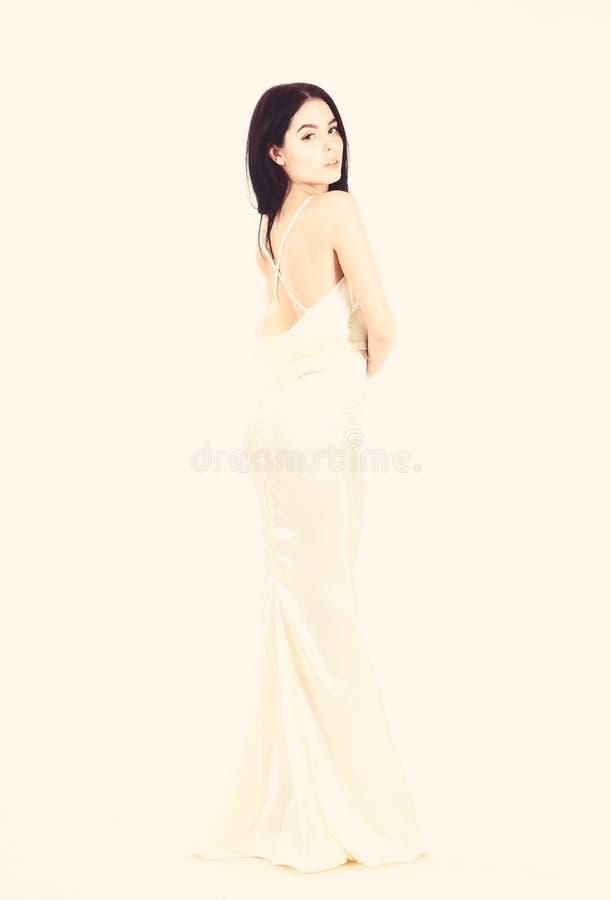 新娘,礼服的优美的女孩 时装模特儿展示昂贵的时兴的晚礼服或婚纱 ?? 免版税库存图片