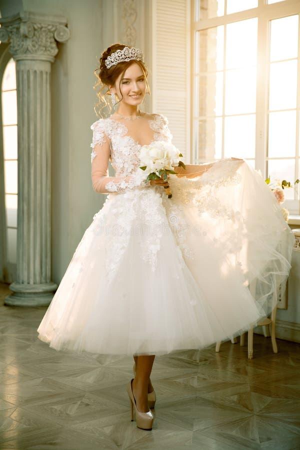 新娘 婚姻 一件短的礼服的新娘有在乌鸦的鞋带的 库存照片