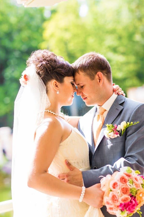 新娘仪式教会新郎婚礼 库存图片