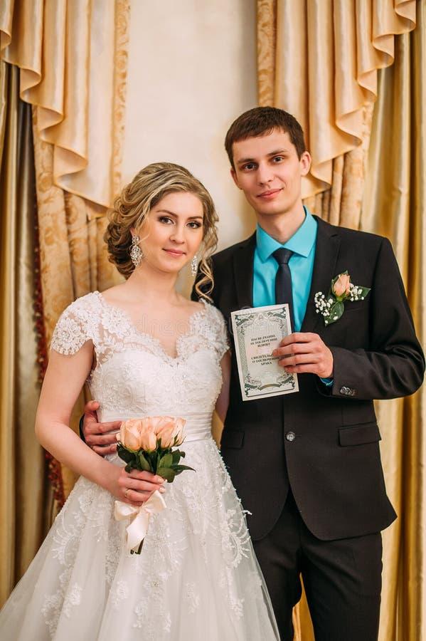 新娘仪式花婚礼 离开他们的署名的婚礼夫妇 免版税图库摄影
