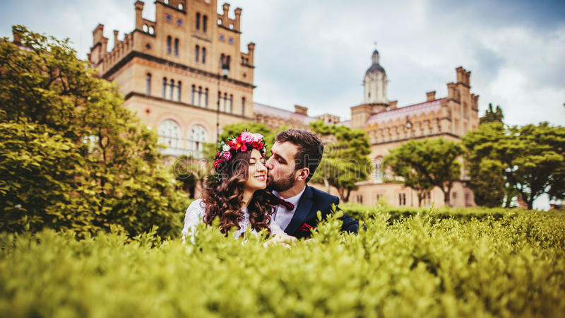 新娘&新郎在公园 库存照片