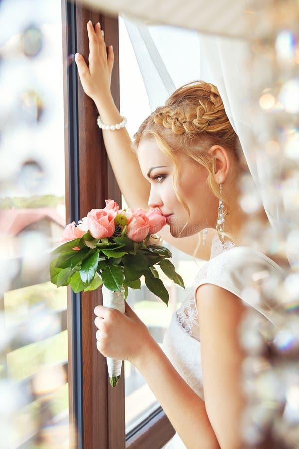 新娘画象在窗口附近的 库存照片