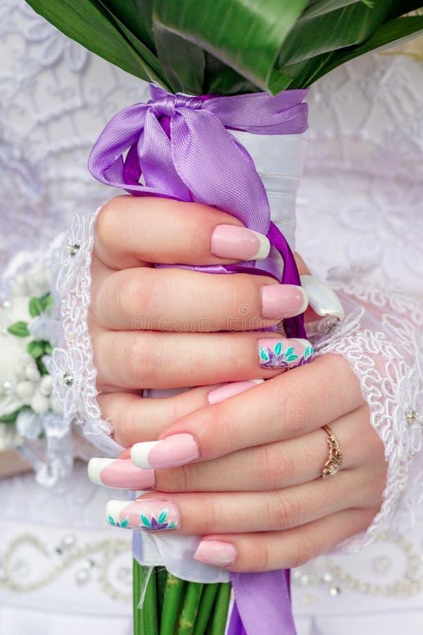 新娘` s递拿着婚礼花束 美好的修指甲bridesmai 库存图片