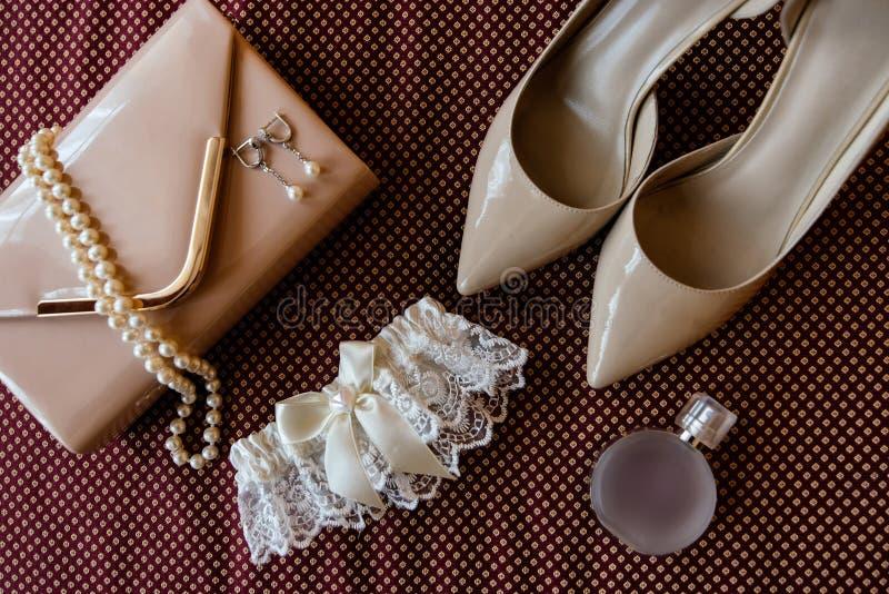 新娘` s鞋子、袜带、香水、项链和传动器 库存图片