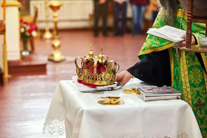 新婚佳偶在仪式的交换结婚戒指在教会里 免版税图库摄影