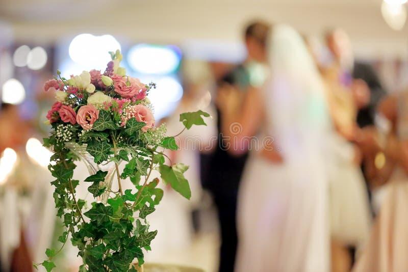 新婚佳偶在结婚宴会的夫妇跳舞 免版税库存照片