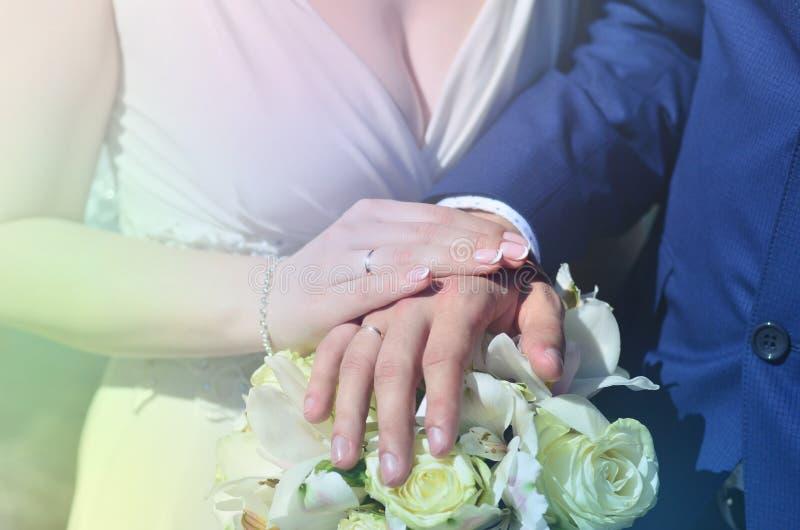 新婚佳偶夫妇拿着美丽的婚礼花束 古典婚礼摄影,象征团结、爱和creati 免版税库存照片