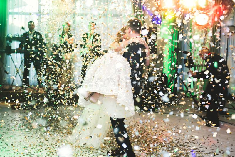 新婚佳偶夫妇第一个婚礼舞蹈在餐馆 库存照片