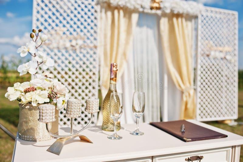 新婚佳偶表有香槟玻璃和烛台backgr的 免版税库存图片