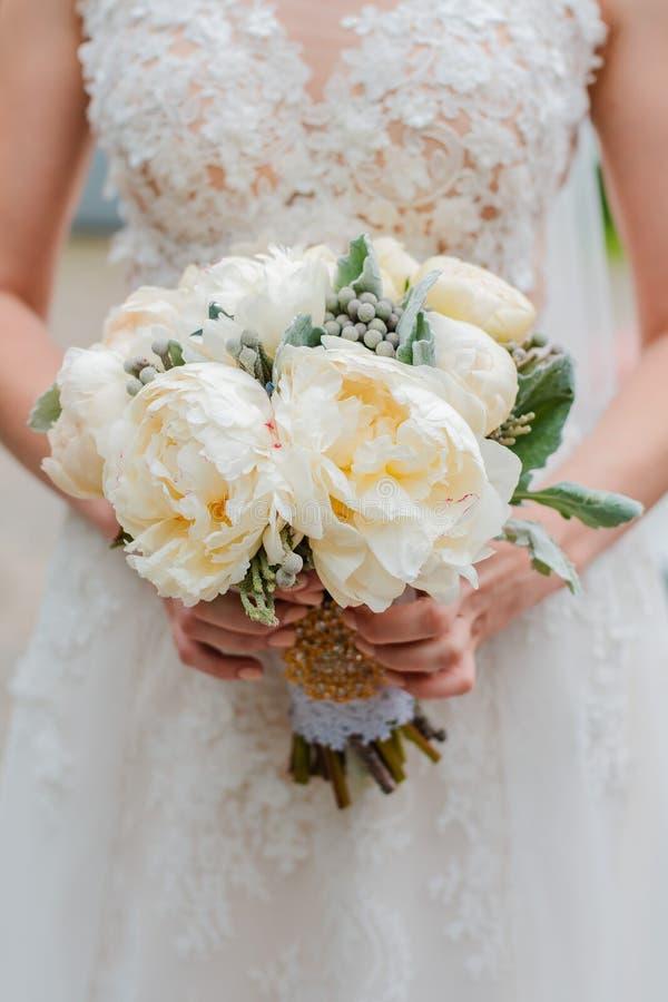 新婚夫妇 结婚日 新娘手上的花束,新郎的拥抱 库存图片