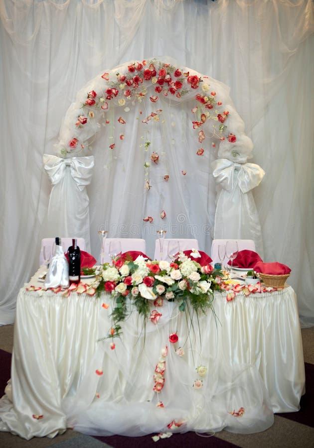 新婚的夫妇,欢乐桌设置的桌 免版税库存图片