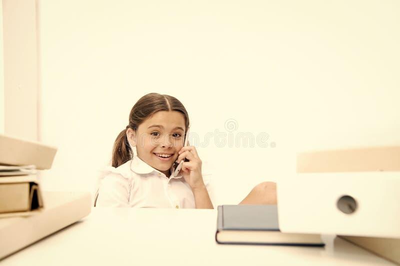 新学校闲话 她喜欢谈太多 谈论谣言 逗人喜爱的闲话女孩 女小学生笑容谈论 库存图片