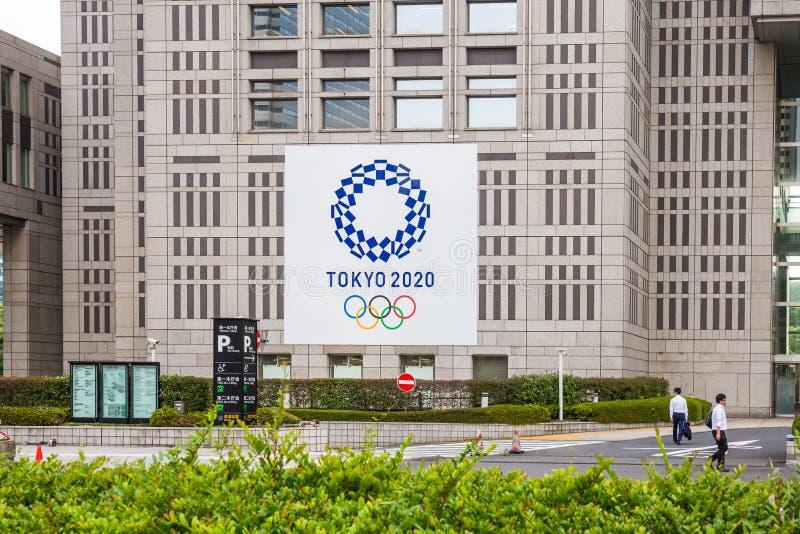新宿东京,日本- 2018年6月8日:2020年东京在大城市政府大厦的奥林匹克商标在中间城市是地标 免版税图库摄影