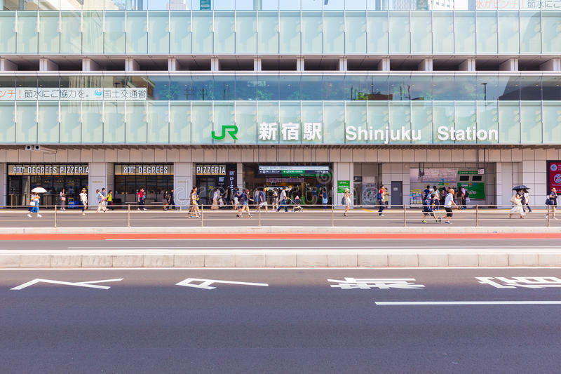 新宿站空的街道infront  免版税库存图片