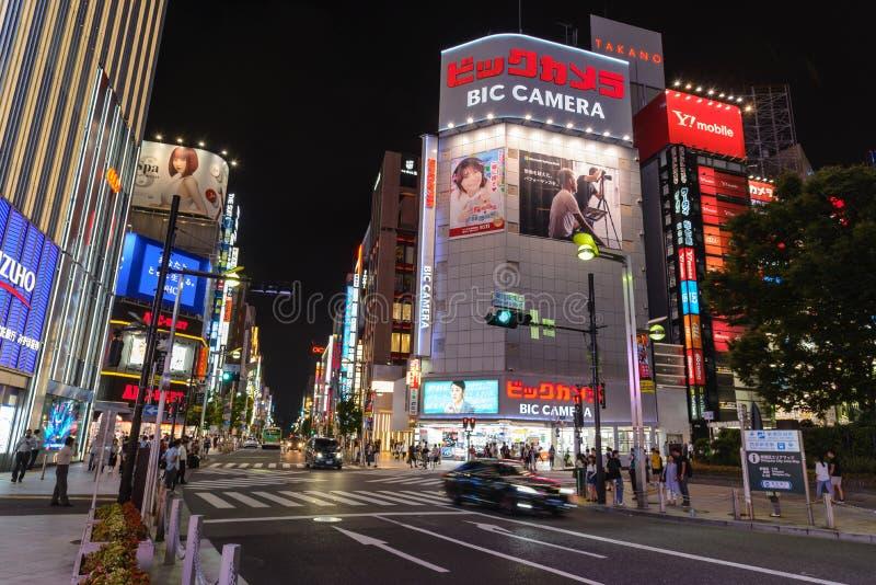 新宿,东京- 2018年7月:在新宿邻里附近使夜生活有名望在晚上 有启发性的街道 库存照片