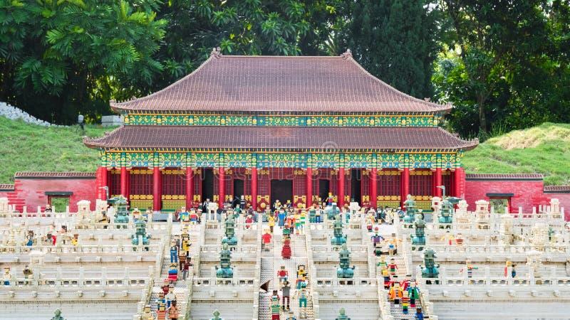 新山,马来西亚18 2018年11月:中国风格宫殿乐高模型显示在马来西亚Legoland公园 库存照片