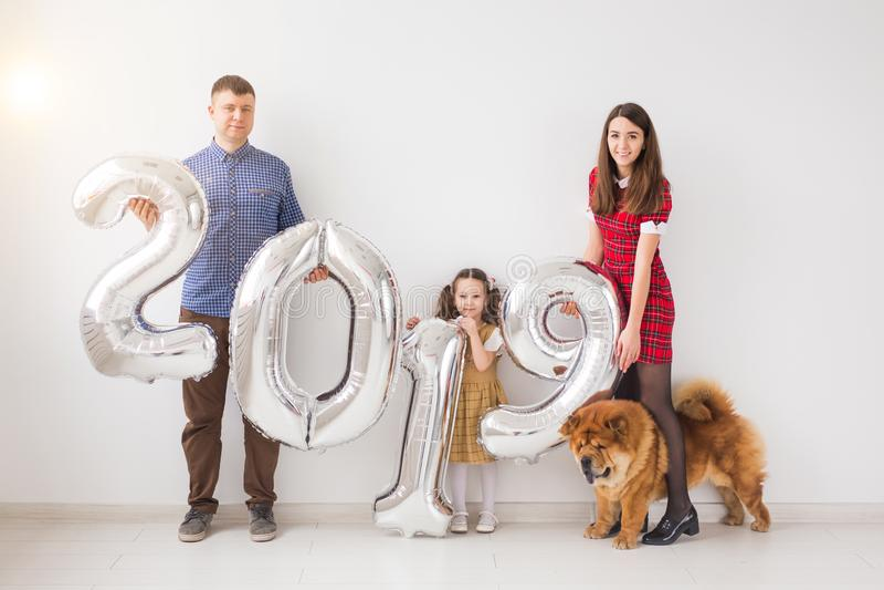 新年、庆祝和假日概念-家庭藏品标志2019由银色气球制成新年在绝尘室 免版税库存照片