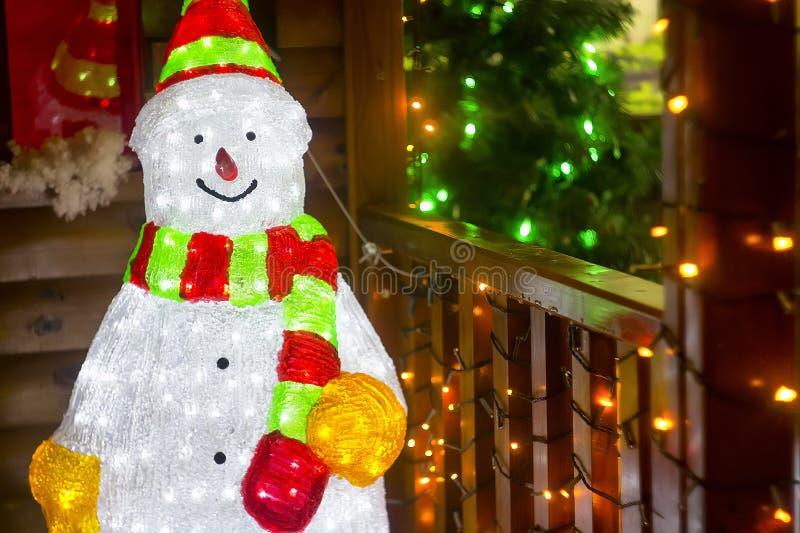 新年与吸管和伞的题字2018年,椰子,雪人和圣诞树,在沙子的海星 免版税图库摄影