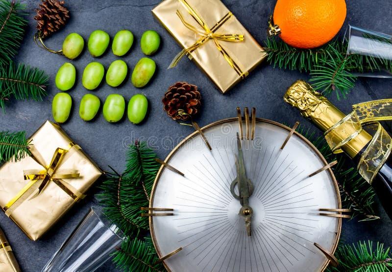 新年传统 的拉美和传统西班牙的新年 吃好运的十二12个葡萄的滑稽的仪式 免版税库存图片