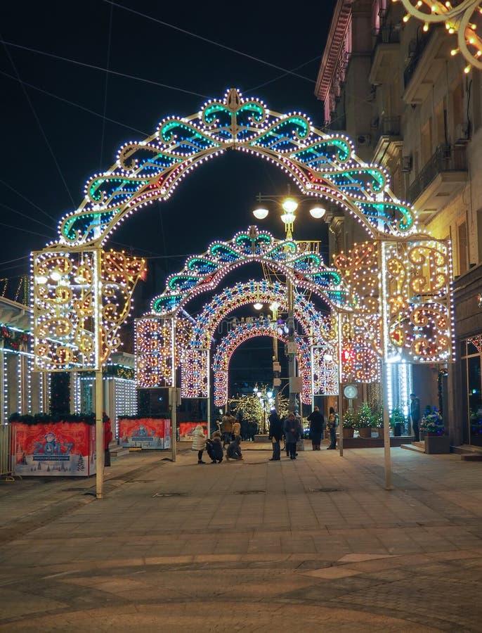 新年和圣诞节装饰和光在莫斯科街道  图库摄影