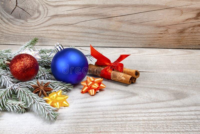 新年和#x27;的主题包括玩具、圣诞树、肉桂、装饰 图库摄影