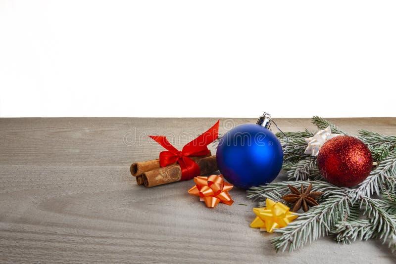 新年和#x27;的主题包括玩具、圣诞树、肉桂、装饰 免版税库存照片