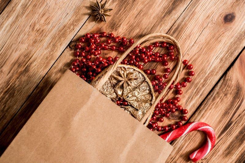 新年圣诞礼物 舱内甲板被放置的顶视图Xmas假日 庆祝手工制造礼物工艺组装 金黄球、坚果和红色 免版税图库摄影