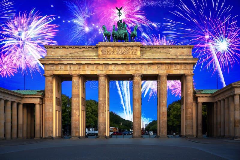 新年在勃兰登堡门的烟花显示在柏林 免版税图库摄影