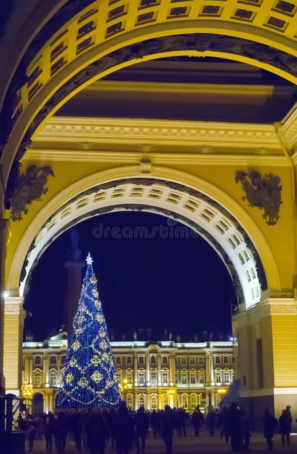 新年在火诗歌选的` s冷杉木在宫殿正方形,圣彼德堡,俄罗斯的 免版税库存图片