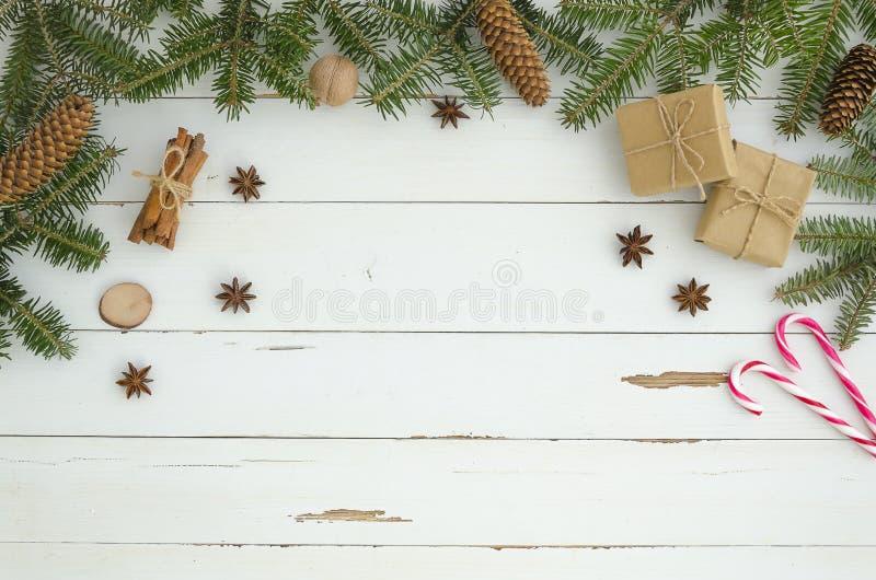 新年在白色木板条背景的框架圣诞装饰 平的位置,顶视图 杉树,杉木conecinnamon 库存图片