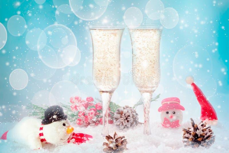新年多士香槟,雪蓝色背景 库存图片