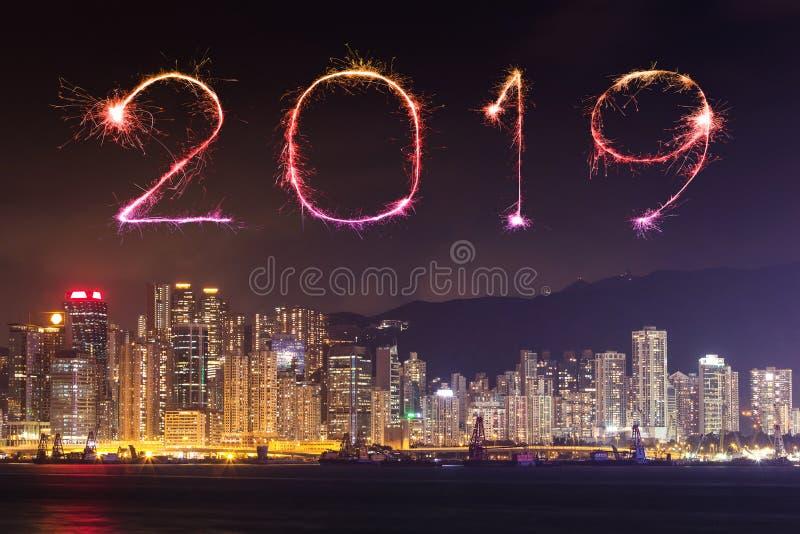 2019新年好与香港都市风景的烟花闪闪发光 免版税库存照片