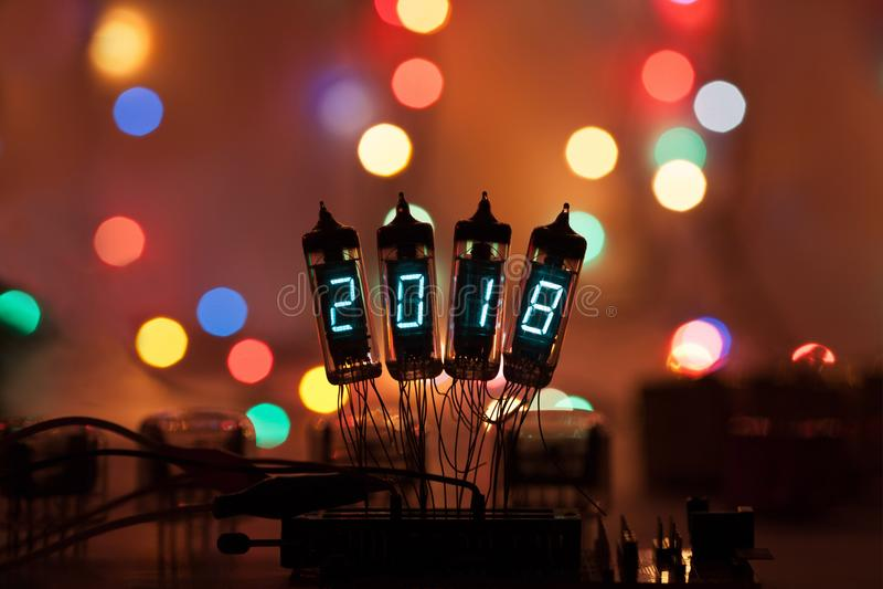 新年好写与灯光 无线电电子灯 与一美好的bokeh的原始的被设计的祝贺 免版税库存图片