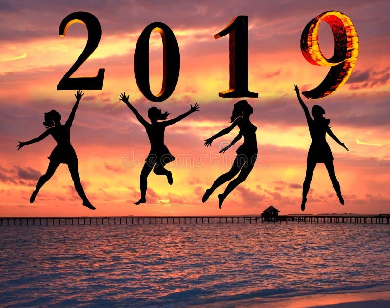 新年好卡片2019年 年轻女人剪影跳跃作为第2019标志的部分的海滩的有日落背景 免版税图库摄影